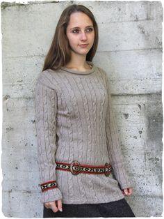 Elegante maglione in lana di alpaca con lavorazione a treccia e scollo rotondo.  Cintura in lana doppia fibbia ovale in legno di cocco - tessuto artigianale fatto a telaio