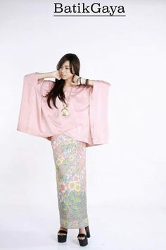 Okhb Batik Fashion, 50 Fashion, Hijab Fashion, Fashion Outfits, Fashion Design, Blouse Batik, Batik Dress, Model Kebaya, Batik Kebaya