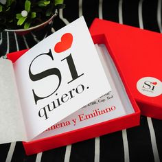 Referencia: prov066. Participación de boda. Tarjetón díptico de 9 x 9 cm en caja forrada en papel satinado rojo de 10 x 10 cm. Incluye tarjeta personal, tarjeta de souvenir y sticker para personalización de la caja.