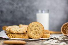 Dětské sušenky s medem a ořechy – sladkavanilka.cz Place Card Holders, Cookies, Food, Crack Crackers, Biscuits, Essen, Meals, Cookie Recipes, Yemek
