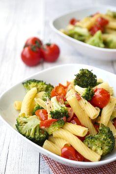 Die One Pot Nudeln mit Brokkoli und Tomaten sind schnell gemacht und ein abwechslungsreiches und gesundes Essen für die ganze Familie. Die schnelle Nudelmahlzeit ist bei Kindern ganz besonders beliebt.