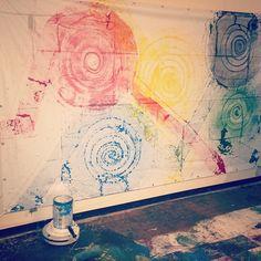 ChimPom個展より掃除ロボットルンバに描かせた絵画作品ルンバの上にペンキの缶を載せ色の塗るローラーを取り付けルンバの動きに合わせて色が塗られていった結果がこれなのだそうですほどよく不規則な動きだからいい感じになるアートも機械ができちゃう時代らしい #chimpom #1日1アート #everydayart #art #roomba #ルンバ