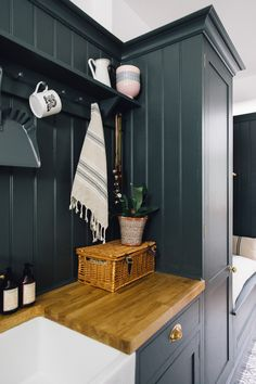 Vintage Kitchenalia On Farrow & Ball Down Pipe - Utility And Boot Room With Down Pipe Painted Custom Tiles And Patterned Tile Floor. Küchen Design, House Design, Gray Interior, Interior Design, Boot Room Utility, Café Bar, Dog Rooms, Country Furniture, Western Furniture