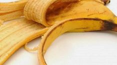 Savez-vous qu'une simple banane suffit à soigner des lèvres sèches et gercées? Je vous montre rapidement comment ça marche! Les lèvres sèches non seulement c'est désagréable, mais en plus il