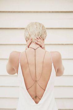 Reprodução/ Pinterest - Usadas com peças de costas abertas, as correntes conferem um ar sexy ao visual.