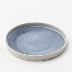 Dish with a colored base. The dish has a diameter of 24 cm and the edge is 2 cm high. It is suitable for serving, snacks and can also be used as a small tray.
