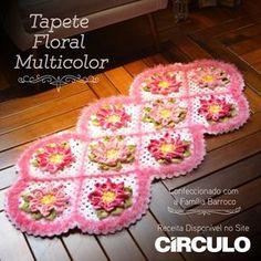 Com as flores multicolor não tem erro, é sucesso na certa. Confira a receita clicando na imagem. Tapete Doily, Crochet Doilies, Floral, Floor Rugs, Garland, Coasters, Blanket, Arts And Crafts, Diy And Crafts