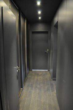 Aurélie Hemar unveils her interior decor in gray and raspberry pink - - Office Interior Design, Office Interiors, Home Interior, Interior Styling, Hallway Decorating, Interior Decorating, Grey Hallway, Flur Design, Grey Office