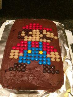 Super Mario kage lavet med M & M & # s og gelébønner - Jack West Super Mario Party, Super Mario Cake, Mario Bros Cake, Mario Kart Cake, Mario Birthday Cake, Super Mario Birthday, 5th Birthday, Fruit Birthday, Bolo Do Mario