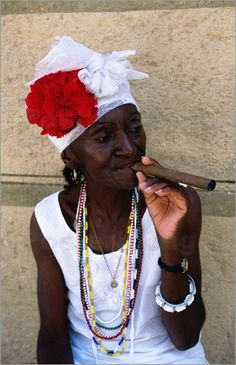 enjoy a freshly rolled cigar in Cuba! Havana Cigars, Cuban Cigars, We Are The World, People Of The World, Cuban Women, Good Cigars, Mode Boho, Havana Cuba, Women Smoking