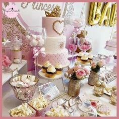 Thème baby shower avec un sublime gâteau, des sablés et des pop cakes