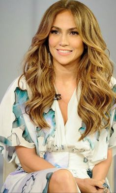 Jennifer Lopez: great hair color and hair volume