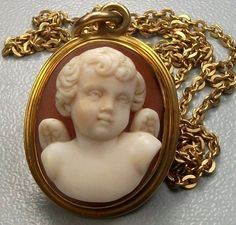 Necklace With Cherub Cameo Pendant - Cornelian Shell Cameo Mounted In 15k Gold - Italy  c.1860  (Chain is later than the cameo and marked 18k)