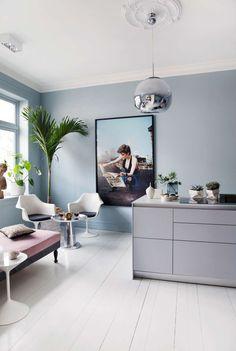 KOMBINERT: Tone Kroken har kombinert innredning fra Bulthaup med høyskap fra Ikea. Den eksotiske lounge-kroken blir et samlingssted når Tone har selskap, og består av tøffe elementer hun hadde fra før. De to Tulip-stolene fra Saarinen er kombinert med en brukt daybed, som Tone har kledd med nytt tekstil, og et sidebord i stål fra balzac.no. Gulvet er det originale tregulvet fra 1890-tallet. Det er malt med tre lag trestjernes gulvmaling i fargen Tidløs. Lampen er fra Tom Dixon, og bildet…