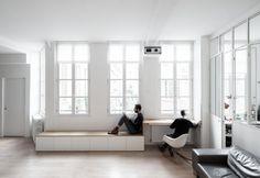 In prossimità delle finestre è stato realizzato un punto di studio e lavoro, con una panca bassa trasformabile. Nasconde infatti un tavolo di lavoro estraibile. Il materiale è il rovere, lo stesso del parquet
