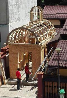 Structura este integral realizata in sistem tip MiTek, constituind o adevarata provocare pentru inginerii nostrii, in special in zona de o dificultate binecunoscuta a cupolelor, turlei si absidelor circulare.