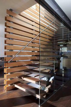 treppe design glaswand dunkles holz stufen stahl geländer