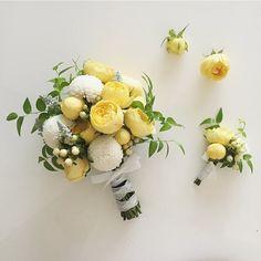 . . 오늘도 #부케 만들었다~ 어제 고터가서 꽃을 싸게 사와서 이것저것 만들고 있는 중 ~ 토욜날 #고터꽃시장 은 저렴해서 좋긴하지만 확실히 꽃상태가 그리 좋지는 않다~ 하핫 나는 연습해야하니까 싼맛에 사오는게 좋음 . . . #꽃스타그램#웨딩부케#셀프웨딩#핸드타이드#꽃다발#부토니에#부토니어#웨딩사진#꽃사진#잡스타그램#찍스타그램#플로리스트#감성사진#감성스타그램#셀프#핸드메이드#취미생활#취미#웨딩촬영#촬영부케#야외웨딩 Small Wedding Bouquets, Flower Bouquet Wedding, Yellow Bouquets, Floral Bouquets, Dried Flowers, Silk Flowers, Bear Wedding, Hand Bouquet, Flower Decorations