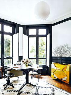 Home office preto, branco e amarelo