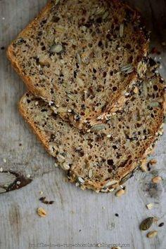 To jest ostatnio mój ulubiony chleb, piekę go już kolejny tydzień. Z chrupiącą posypką z pestek i ziaren, smakuje wyśmienicie nawet...