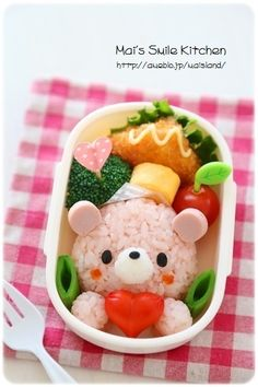 This is a little pink bear rice ball! You can make it out of simple ingredients! Bento Box Lunch For Kids, Cute Bento Boxes, Lunch Box, Japanese Bento Box, Japanese Food Art, Easy Christmas Drawings, Kawaii Bento, Bento Recipes, Kawaii Dessert