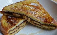 Ίσως δεν υπάρχει πιο ωραίος γευστικός συνδυασμός από την τριπλέτα ψωμί-μπανάνα-σοκολάτα. Υλικά για 2 τοστ: 4 φέτες ψωμί για τοστ 20 γραμμ. βούτυρο 40 γραμμ. κουβερτούρα σε σταγόνες λίγη ζάχαρη άχνη λίγο κακάο λίγο κανέλα 2 μεγάλες ώριμες μπανάνες καθαρισμένες 150 ml κρέμα γάλακτος Εκτέλεση: Προθερμαίνουμε