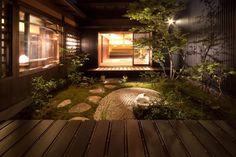 細長い京都の町家は陽当たりが悪く光や風が通りにくいため、充分な採光と通風を目的として建物と建物の間に造られた空間が坪庭の…