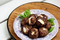 Fyll köttbullarna med mozzarella och njut! Supergod vardagsrätt att bjuda hela familjen på.