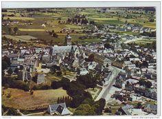 France - SUPERBE CPM..DE..BEAUFORT EN VALLEE..BELLE VUE AERIENNE DE LA VILLE..AU 1er PLAN, LES RUINES DU CHATEAU..