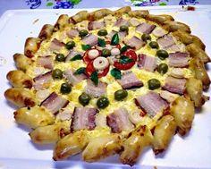 Pizza de bacon com azeitonas, tomate, azeitonas e manjericão. borda pãozinho recheado com catupiry, alho poro, bacon e nozes.