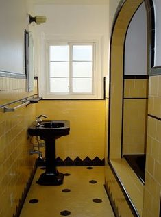 Love this original Art Deco bathroom from a house in California. Love this original Art Deco bathroom from a house in California. Art Deco home: original art deco baA Bright Art Deco Bathroo Yellow Bathrooms, Vintage Bathrooms, Dream Bathrooms, 1930s Bathroom, Small Bathroom, Art Nouveau, Mini Bad, Art Deco Bathroom, Design Bathroom