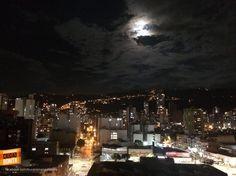 Espectacular como esta hermosa luna llena ilumina las noches en nuestra Bucaramanga. Gracias @JAtecor por la foto #nochesBUC