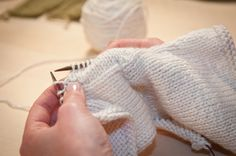 free online class on Short Rows. learn how to use short-row shaping for better fit with your knits. learn four different short row methods: wrap and turn short rows, Japanese short rows, yarn over short rows, and invisible short rows. Vogue Knitting, Knitting Socks, Knitting Needles, Free Knitting, Knitting Patterns, Crochet Patterns, Knitting Tutorials, Knit Socks, Knitting Short Rows