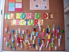 Esta actividad consiste en que los alumnos escriben una poesía y decoran un vaso de plástico. Después se introduce la poesía en el vaso y se pincha en el corcho de la biblioteca para que cada cual …