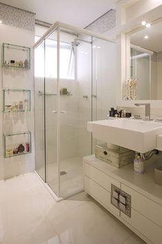 Dica: Quem tem banheiro pequeno deve investir, de preferência, em um box de vidro transparente. Eles deixam todo espaço do banheiro à mostra e ainda são elegantes e cheios de charme. Em banheiros pequenos, o box com abertura na quina é o mais indicado, se não obrigatório.