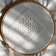 """Une des """"Tierce"""" du Manuel Pratique de boutis serti au fil de couleur ficelle à comparer avec la tierce sertie au fil blanc ! Plus de profondeur, n'est pas ?"""