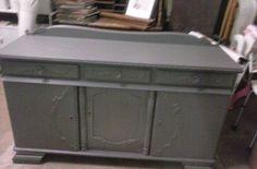 oud dressoir in de grijze verf