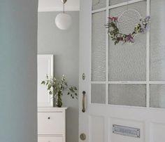 Welche Wandfarbe im Flur am besten passt? Wir geben Tipps und verraten Tricks, wie Ihr Eure Wände im Flur farblich optimal gestaltet. Ladder Decor, Mirror, Tricks, Furniture, Home Decor, Paint, Small Condo, Dark Blue Walls, Hall Way Decor