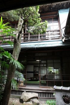 Japanese old folk house. I love this architecture and the incorporation of the tree in the atrium. My dream house has an atrium. Japanese Style House, Traditional Japanese House, Japanese Homes, Japanese Gardens, Japanese Interior, Japanese Design, Asian Architecture, Architecture Design, Dojo