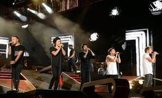 Harry Styles Walks Into Beam on Stage During One Direction Concert | Cambio