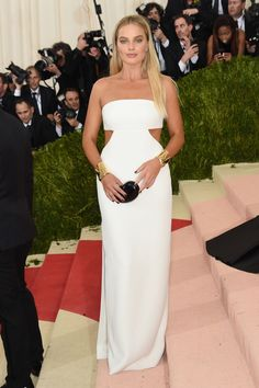 Snow white: Margot Robbie kept her style simple in a plain white dress and a pair of golden cuffs at the Met Gala in New York on Monday night Margot Robbie, Vestido Calvin Klein, Celebrity Red Carpet, Celebrity Look, Celebrity Dresses, Glamour Hollywoodien, Mode Glamour, Gala Dresses 2016, Plain White Dress