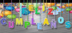 Letras de feliz cumpleaños flotando con cuerdas de colores y fondo de globos