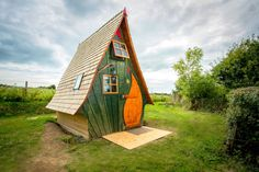 Jack Sparrow House - with a teardrop-shaped door, a steepled sleeping loft, and views of the English countryside, this mini residence has everything you need for an enjoyable stay. Via Airbnb. Mini Chalet, Airbnb Rentals, Fairytale Cottage, Places To Rent, Tiny Cabins, Sleeping Loft, Little Houses, Tiny Houses, Home Look