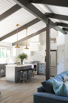 A bit rustic, a bit country, a bit contemporary and a bit chic. Fox Design Studio mixing things...