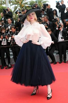Elle Fanning wore a outfit to Cannes, including a tulle skirt, organza shirt, and a wide-brim hat, which took over 400 hours to make. Take a look at how it came together behind-the-scenes. Gucci Gown, Valentino Gowns, Blue Tulle Skirt, Mesh Skirt, Hollywood Red Carpet, Celebrity Look, Celeb Style, Elle Fanning, Latest Outfits