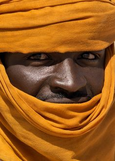 Tuareg man with an orange tagelmust, Libya. Photo by Eric Lafforgue. African Culture, African History, We Are The World, People Around The World, Tuareg People, Tribal People, African Countries, North Africa, World Cultures