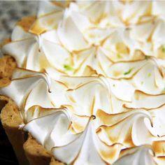 Torta de Limão: Massa sucreé, recheada de puro leite condensado de limão e cobertura de merengue gratinado.   #love #DiNorma #instagood #photooftheday