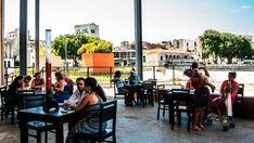 En busca de las cervezas cubanas https://onlinetours.es/blog/post/883/en-busca-de-las-cervezas-cubanas Bucanero, Cristal y Tínima, son las cervezas más populares y sabrosas de Cuba, aseguran todos. En busca de ellas fuimos a la parte vieja de La Habana y a pesar del poco tiempo disponible, logramos armar una fiesta de sabores para refrescar el verano...