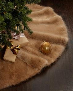 Give your holiday decor a professional, coordinated look with these simple decorating tips and tricks.