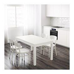 IKEA - BJURSTA, Tavolo allungabile, 2 assi prolunga incluse.Tavolo allungabile con 2 prolunghe, facile da adattare alle tue esigenze: può accogliere da 4 a 6 persone.Le assi prolunga si possono tenere a portata di mano sotto il piano del tavolo.La funzione di bloccaggio nascosta evita fessure tra i piani e tiene ferma la prolunga.La superficie verniciata trasparente è facile da pulire.